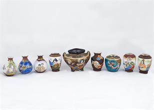 Lotto 67 - Gruppo di 9 vasetti in porcellana