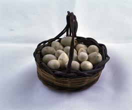 Lotto 142 - Cestino con uova