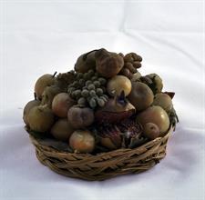 Lotto 145 - Grande cesto di vimini con frutta